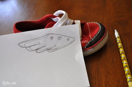 Vẽ họa tiết hình đôi cánh, ướm đo thử lên trên giấy