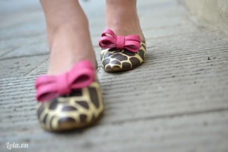 Cuối cùng dán lên trên mũi giày là hoàn thành xong một mẫu giày xinh xinh để xuống phố rồi nha