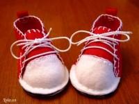 Với vải dạ không lo xổ sợi vải, bạn sẽ thấy khá dễ dàng khi tự khâu giày thể thao thật đáng yêu cho bé. Bé sẽ vô cùng tự hào mỗi khi có dịp khoe đôi giày do chính mẹ tự tay khâu cho!