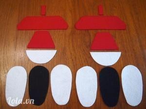 Một đôi giày cần cắt các miếng như sau: 6 miếng đế giày (4 miếng trắng và 2 miếng đen), 2 miếng mũi giày màu trắng, 2 miếng thân giày màu đỏ, 2 miếng lót mu giày màu đỏ, 2 miếng quai móc sau giày màu đỏ.
