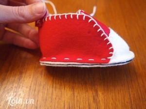 Ghim cân đối phần thân giày vào phần còn lại của đế giày và khâu ráp chúng lại, hai đầu miếng thân giày sẽ được khâu chồm lên cả miếng mu giày một chút.
