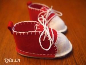 Khâu tương tự cho chiếc giày còn lại. Tại điểm đánh dấu trên mẫu giấy bạn đục lỗ để buộc dây giày và thắt nơ xinh cho bé.