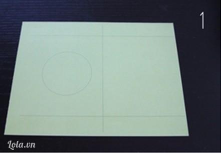 Dùng bút chì kẽ chia đôi giấy, phần trên dưới giấy đều nhau. Kẽ vòng tròn ở giữa