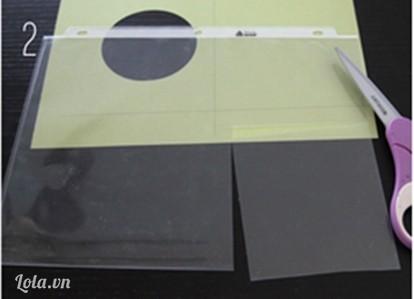 Dùng kéo cắt bỏ vòng tròn rồi đặt miếng kiếng trong lên trên