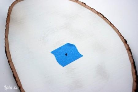 Dán băng keo ở vị trí chính giữa gỗ