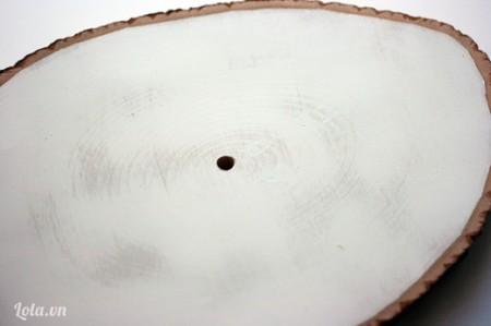 Khoan một lỗ tròn có đường kính khoảng 1 cm