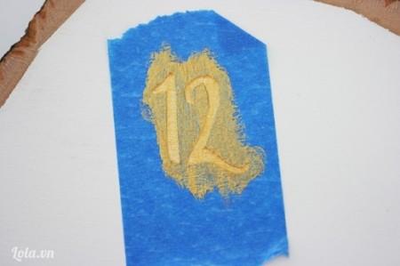 Dùng sơn màu đồng sơn phủ lên trên con số