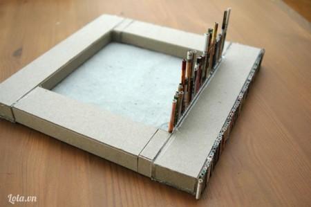 Cuộn tròn các tờ giấy báo lại rồi dán xung quanh kính, giấy carton