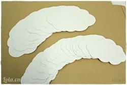 Vẽ 8 hình đám mây lớn và 18 hình đám mây nhỏ lên giấy bìa cứng trắng ( 2 bên cạnh của đám mây đối xứng nhau), sau đó dùng kéo cắt rời.