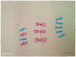 Uốn 3 đoạn kẽm cong như hình, sau đó trang trí thêm nơ ruy băng để được phần đuôi diều.