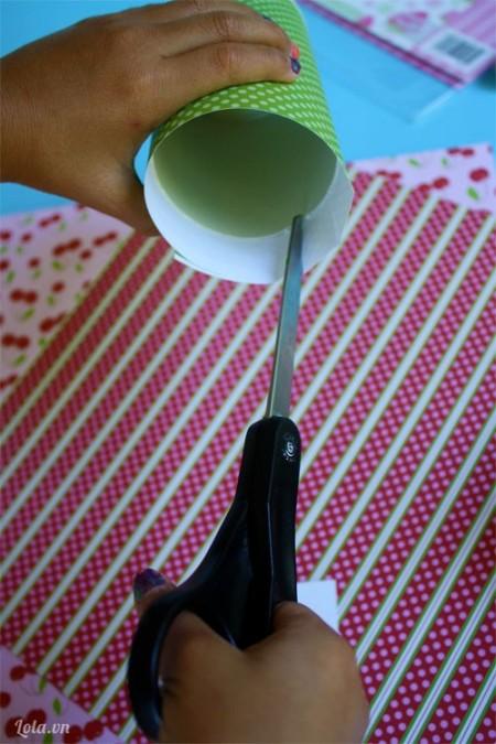 Bọc giấy gói quà xung quanh hộp, rồi dùng kéo rạch phần giấy thừa trên hộp để dán dính vào bên trong .