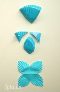 Để làm lá - gấp giấy cupcake nhỏ  gấp đôi giấy lại  và cắt hình theo dạng lá