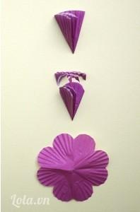 Để làm một bông hoa 8-cánh – gấp giấy cupcake nhỏ gấp 3 tờ giấy và cắt xung quanh đầu theo dạng cánh hoa