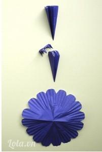 Để làm một bông hoa 16-cánh – gấp giấy cupcake nhỏ gấp 4 tờ giấy và cắt xung quanh đầu theo dạng cánh hoa