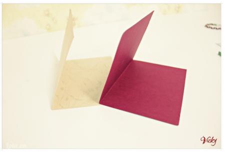 Cắt đôi 2 mảnh giấy bìa cứng màu kem và đỏ. Sau đó gấp đôi lại để làm bìa và ruột thiệp