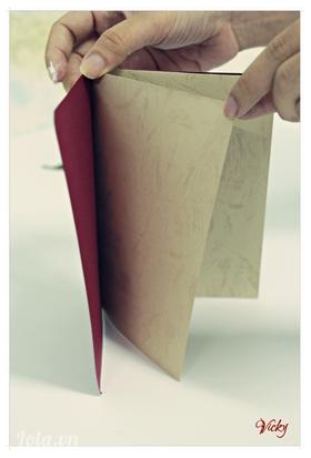 Cuối cùng dán phần ruột thiệp vào phần giấy bìa đỏ là sản phẩm đã hoàn thành.