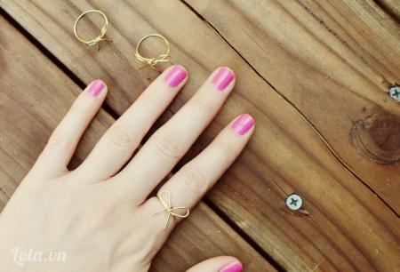 : Đeo vào ngón tay mà bạn thích và chỉnh lại cho vừa vặn Chỉ vài bước đơn giản bạn đã có được một chiếc nhẫn cực kì xinh xắn