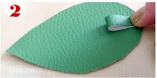 Đặt cuốn lá lên mặt trên miếng lá,  rồi đặt tiếp miếng lá khác (lặt ngược miếng da lại) lên trên. Khâu chúng lại với nhau chừa một khoảng cách nhỏ ở mép khoảng mấy inch
