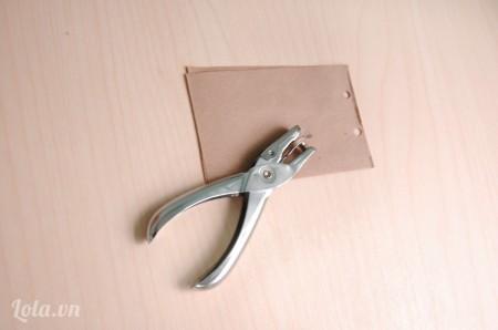 cắt 100 tờ giấy kích thước 8x12 cm rồi dùng đồ đục lỗ, đục 2 lỗ trên giấy để làm ruột sô