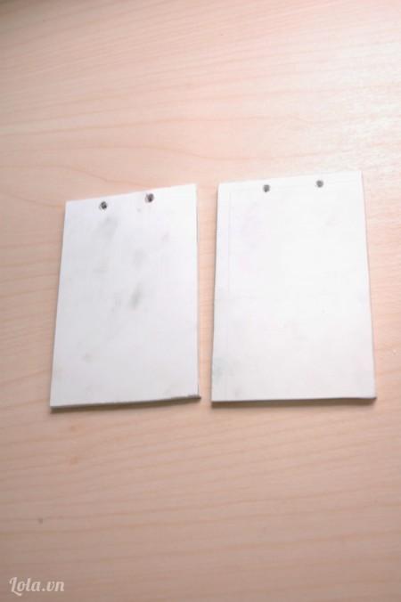 Cắt 2 miếng bìa cứng kích thước 8,5x12,5 cm, đục 2 lỗ để làm bìa sổ.