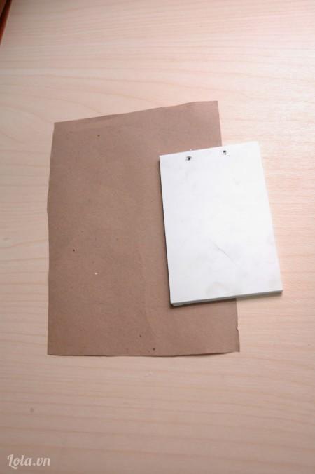 Cắt 1 miếng giấy to hơn bìa sổ