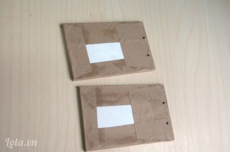 Bọc bìa sổ bằng miếng giấy vừa cắt