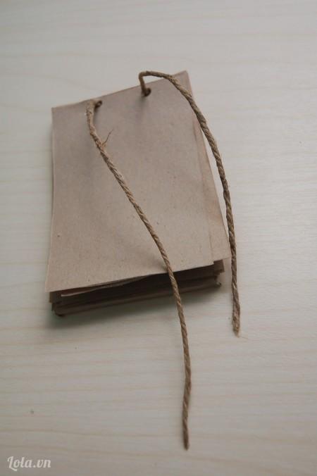 Xỏ tiếp dây thừng qua giấy làm ruột sổ