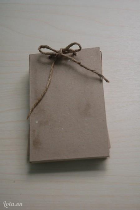 Cuối cùng xỏ dây thừng qua miếng bìa còn lại và cột cố định.