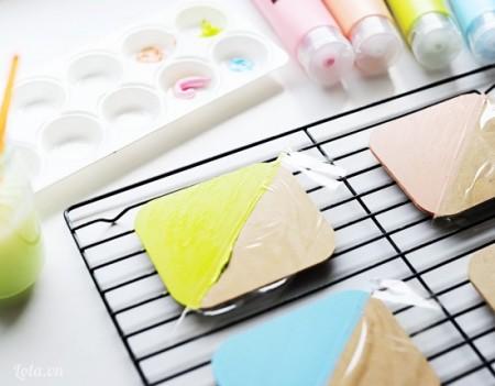 Bạn dùng màu vẽ tô lên phần còn lại chưa được dán băng keo lên, tô màu mà bạn yêu thích