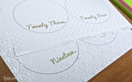 Vẽ  vòng tròn lên trên giấy bìa rồi ghi số hoặc tên ai đó vào vòng tròn rồi cắt vòng tròn ra