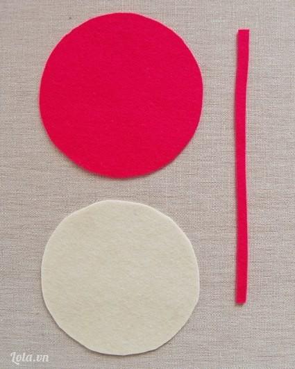 Bạn cắt hai miếng vải nỉ theo hình tròn và một miếng dài.