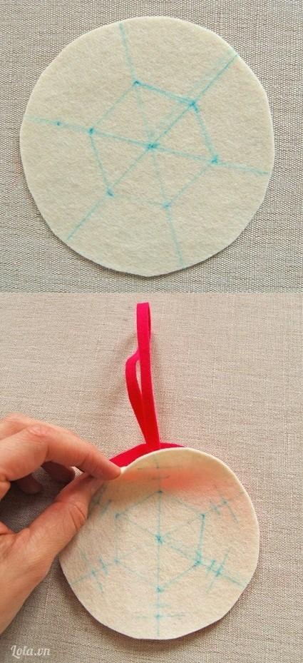 Chia hình tròn thành 6 phần, đánh dấu các họa tiết bạn muốn. Đặt hai miếng vải lên nhau và kẹp dải băng vào giữa.