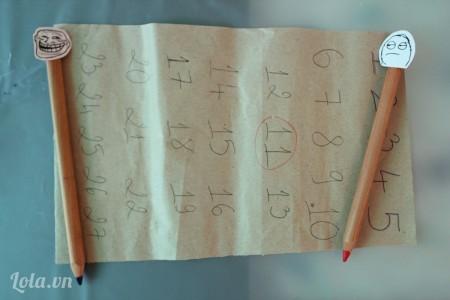 Cắt giấy  gói quà phù hợp với kích thước hộp quà và đánh số tùy ý (những số này sẽ tượng trưng cho các ngày trong một tháng). Sau đó khoanh tròn ngày có ý nghĩa với bạn (ví dụ như ngày sinh nhật bạn)