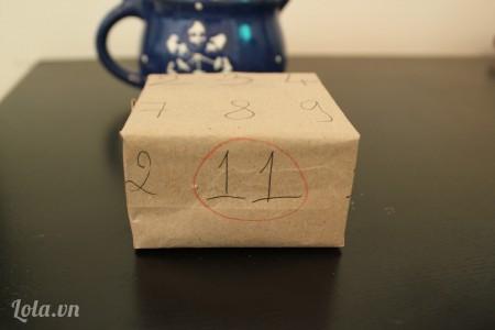 Gói hộp quà bằng giấy gói.