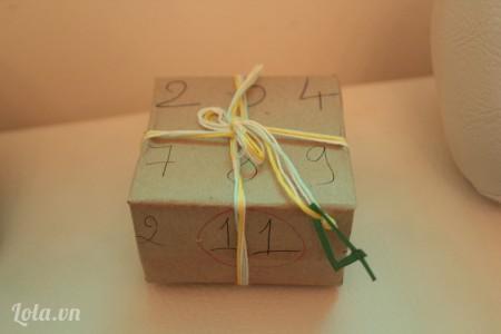 Cột đoạn chỉ vào hộp quà đã được gói nha . Mình đã có một hộp quà đầy ý nghĩa rùi đó.