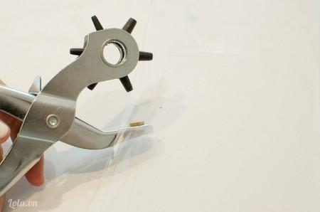 Bấm thêm 2 lỗ ở 2 góc túi bên dưới, sau đó gắn ốc vít vào và vặn chặt