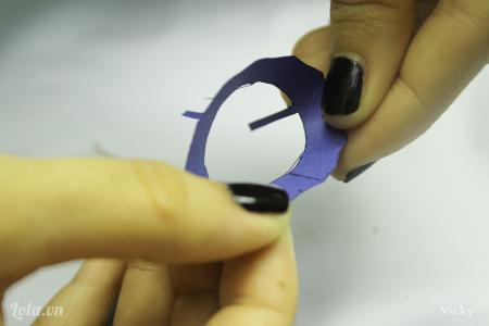 Quấn tròn và dán cố định mẫu giấy còn lại.