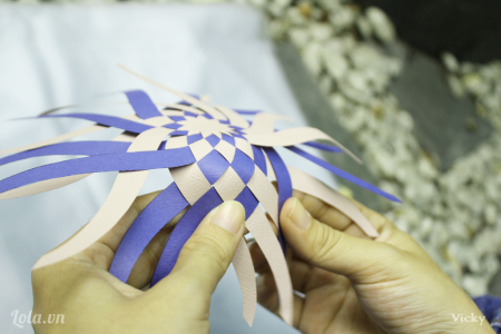Tiếp tục đan các sợi với nhau. Chú ý khi đan phải siết chặt để các sợi sát với nhau.