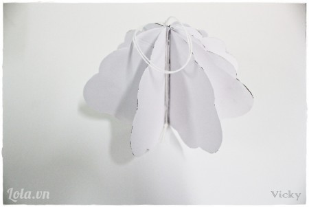 Cứ thế dán mép của 8 mảnh đám mây lớn lại với nhau. Chú ý ở mép giấy cuối cùng, chúng ta luồn 1 sợi dây vào rối dán chặt.