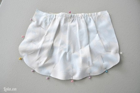Tiếp theo ta lấy một miếng vải khác cắt theo hình mẫu túi rồi ướm lên trên mặt trước của miếng vải