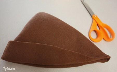 May xong, lật phần hình tam giác to lên là xong phần chính của mũ.