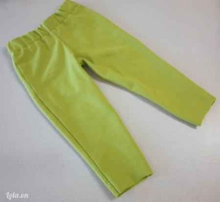 Quần xanh lá nhạt bạn có thể mua sẵn hoặc may theo số đo quần bé đang mặc.