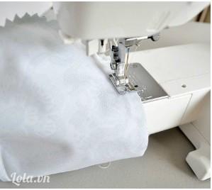 May viền xung quanh nối dính 2 miếng vải đó lại, chừa một khoảng nhỏ để tí nữa mình sẽ luồn mặt sau của vải
