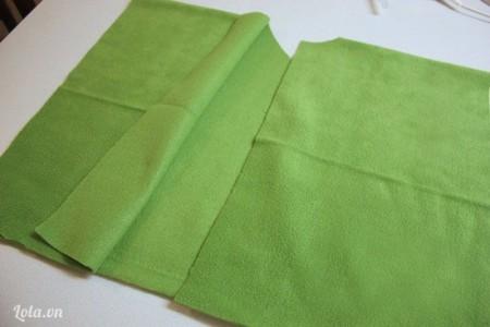 Ở phía giữa vòng cung, bạn dùng kéo cắt một đường dọc dài theo thân áo chia ra làm 2 tà.