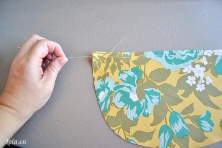 Bây giờ thì bạn lấy miếng vải số 4, may một đường thẳng trên túi