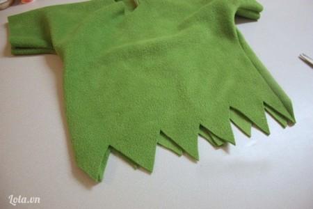 May xung quanh thân áo. Phần dưới thân áo, cắt thành đường khúc khuỷu hình tam giác (như dưới).