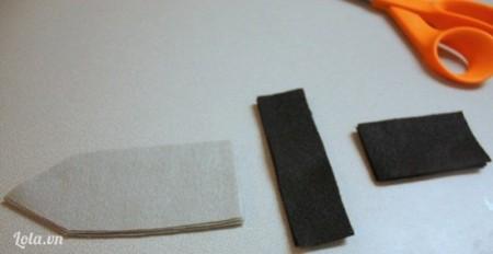 Phần vải trắng cắt thành hình lưỡi dao, vải đen cắt thành 2 hình chữ nhật, 1 hình dài nhỏ và 1 hình ngắn và to hơn để làm chuôi.