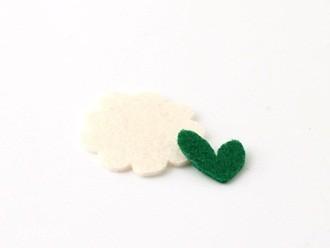 Cắt một bông hoa đơn bằng dạ trắng, kích cỡ vừa với khuôn hình trái tim nâu, cắt một trái tim nhỏ màu xanh lá như được ghép từ hai chiếc lá nhỏ.
