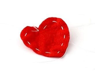 Một miếng dạ đỏ hình trái tim sẽ được khâu thường, viền bao quanh.