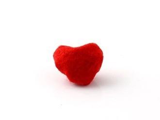 Bên mặt phải, bạn sẽ có một trái tim khá nổi nhờ phần vải rúm phía sau làm phồng mặt vải phía trước lên.